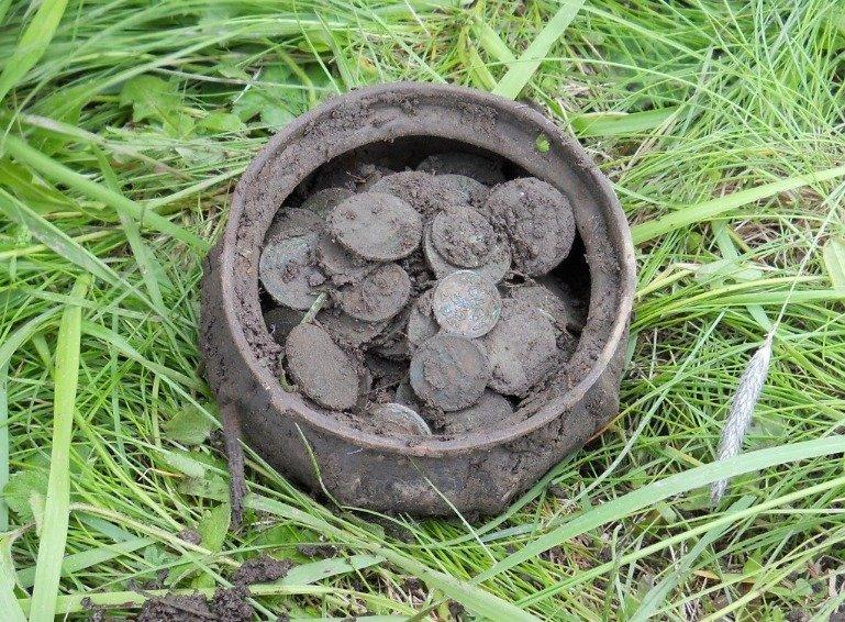 А иногда можно найти и такой горшочек с монетами